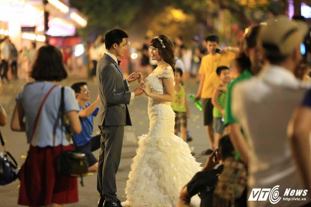 Video, anh: Muon kieu thuong thuc pho di bo quanh Ho Guom cua nguoi Ha Noi hinh anh 8