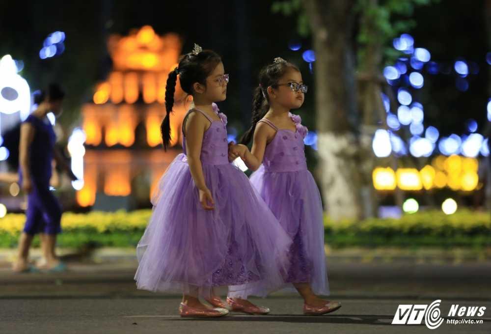 Video, anh: Muon kieu thuong thuc pho di bo quanh Ho Guom cua nguoi Ha Noi hinh anh 9