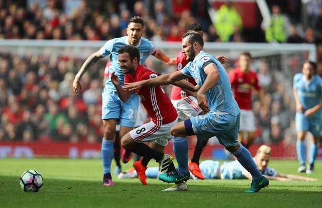 MU 1-1 Stoke City: Mat 2 diem, Mourinho nen biet on Stoke City hinh anh 2