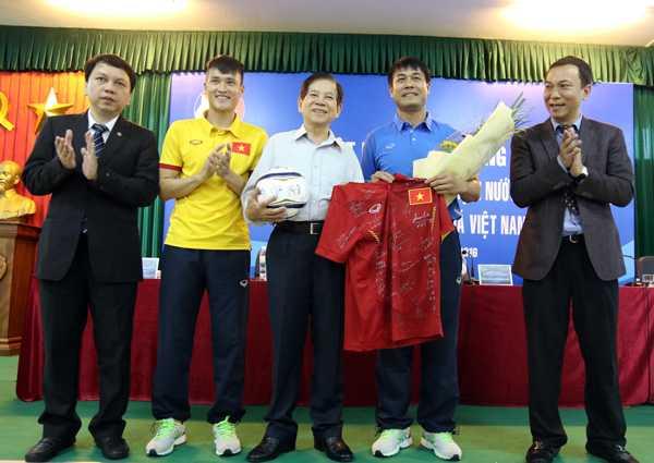 Nguyen Chu tich nuoc Nguyen Minh Triet: Tuyen Viet Nam vao top 3 AFF Cup la tot roi hinh anh 2