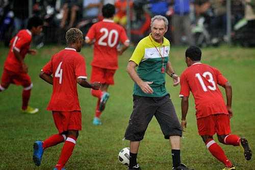 AFF Cup 2016: HLV Riedl cho cau thu Indonesia ve gap gia dinh truoc khi dau tuyen Viet Nam hinh anh 1