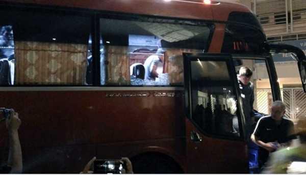 Xe bus cho doi Indonesia bi fan cuong tan cong hinh anh 1