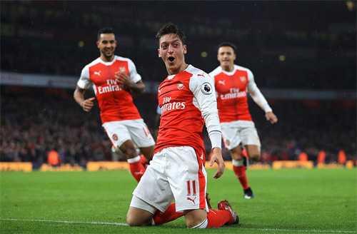 Nguoc dong ha Stoke City, Arsenal len ngoi dau Ngoai hang Anh hinh anh 1