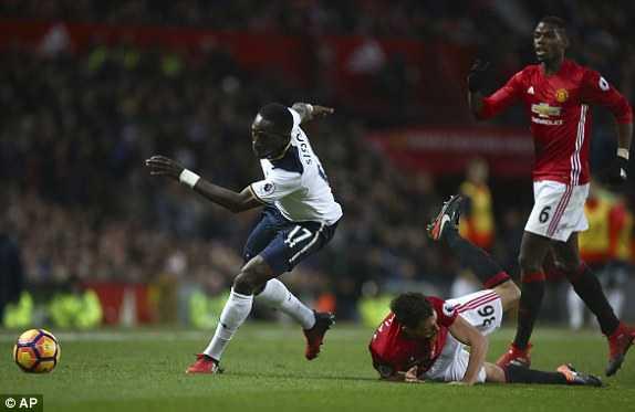 Mkhitaryan lap cong, Man Utd xuat sac ha Tottenham hinh anh 2