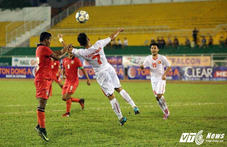 Cau thu U21 Thai Lan dung tay choi bong, U21 Viet Nam thua ban oan uong hinh anh 1