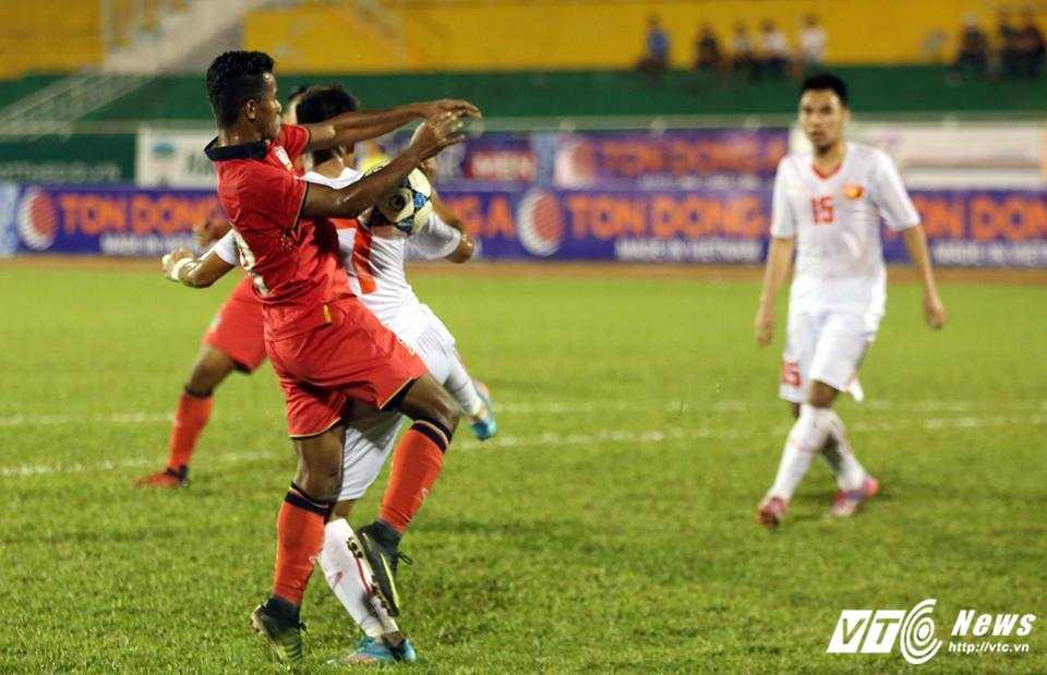 Cau thu U21 Thai Lan dung tay choi bong, U21 Viet Nam thua ban oan uong hinh anh 3