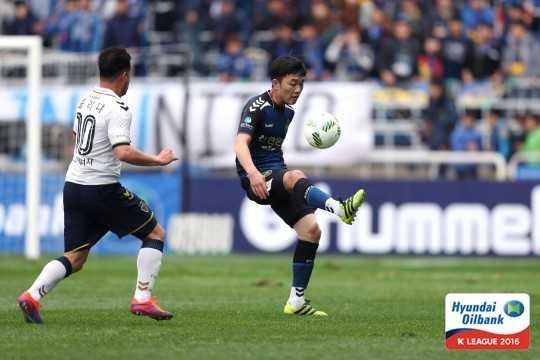Gangwon FC vi Xuan Truong nhu Park Ji Sung hinh anh 1