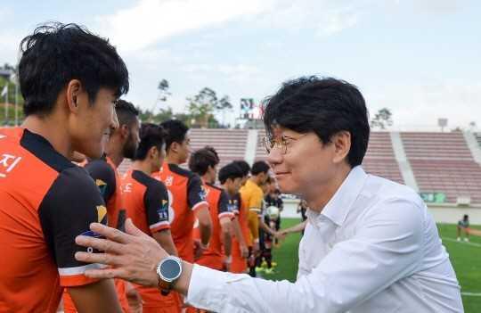 Gangwon FC vi Xuan Truong nhu Park Ji Sung hinh anh 2