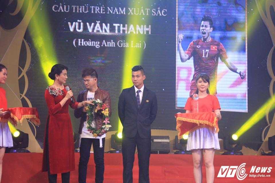 Van Thanh gianh danh hieu cau thu tre xuat sac nhat Viet Nam 2016 hinh anh 1