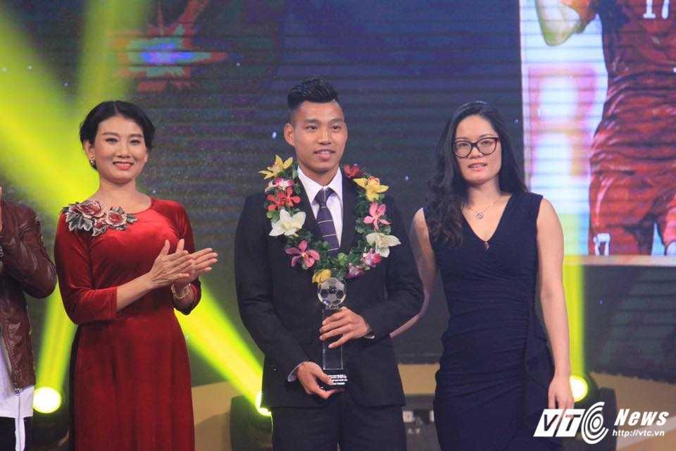 Van Thanh gianh danh hieu cau thu tre xuat sac nhat Viet Nam 2016 hinh anh 2