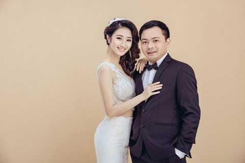 Chu tich CLB FLC Thanh Hoa cuoi hoa hau: 12 nam bong da yeu showbiz Viet hinh anh 3