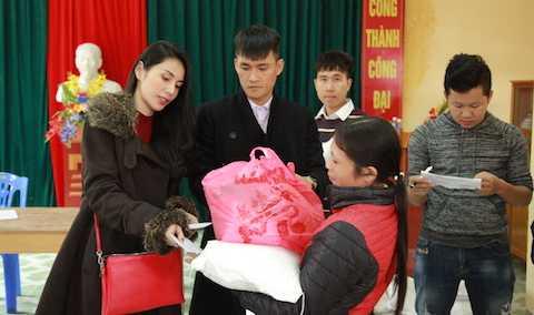 Vo chong Cong Vinh, Thuy Tien lam tu thien o Ha Tinh hinh anh 1