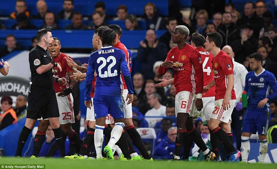 Trong tai kien quyet duoi Herrera, Mourinho mia mai cuoi hinh anh 1