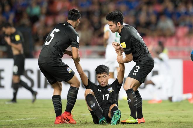 Thai Lan thua tham o vong loai World Cup 2018, HLV Kiatisak cui dau nhan loi hinh anh 1