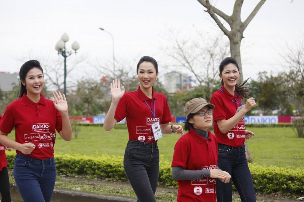 Hoa hau Ngoc Han, A hau Thanh Tu xuong duong chay Viet da hinh anh 5