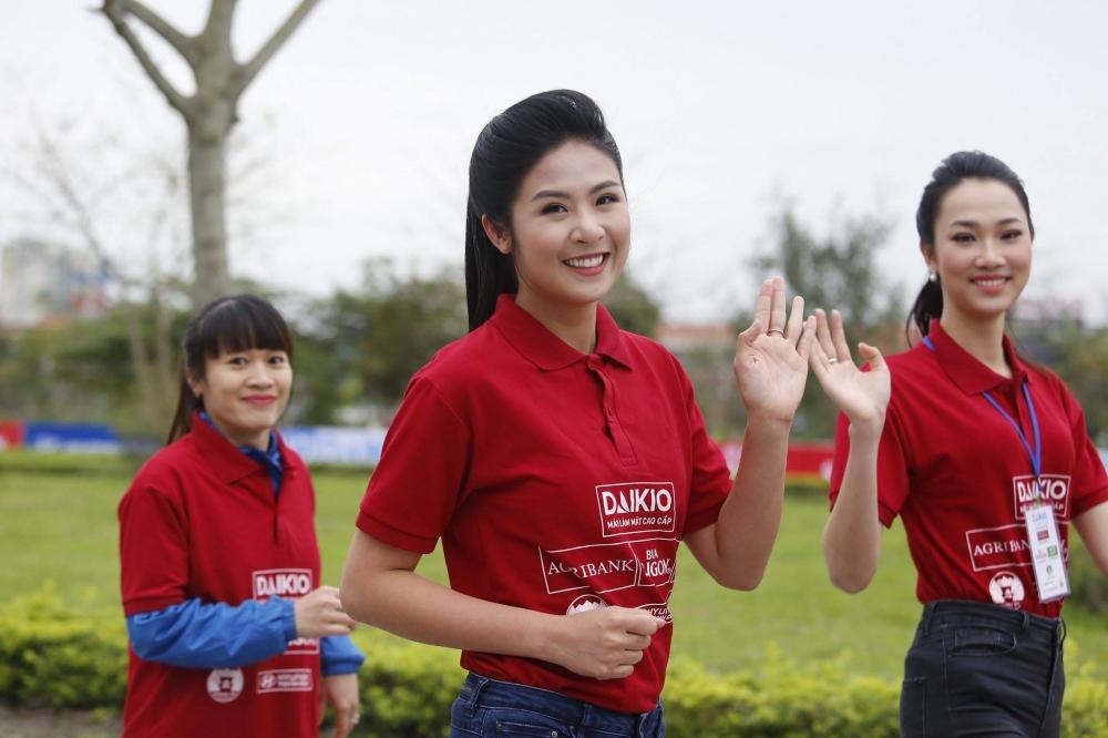 Hoa hau Ngoc Han, A hau Thanh Tu xuong duong chay Viet da hinh anh 6