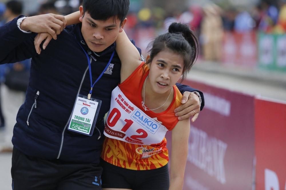 Hoa hau Ngoc Han, A hau Thanh Tu xuong duong chay Viet da hinh anh 10