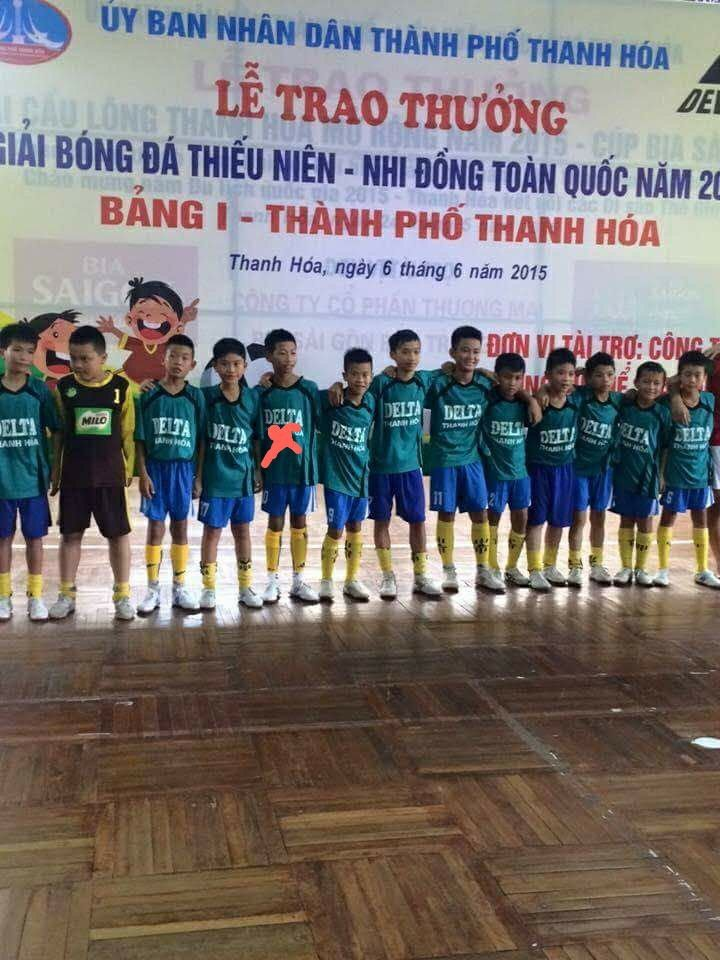 Cau thu bi to gian lan tuoi khoac ao Thanh Hoa o giai U11 nam 2015 hinh anh 1