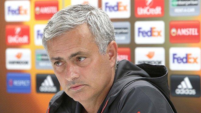 Mourinho muon doi chuc vo dich Europa League cho mang song nhung nan nhan vu khung bo Manchester hinh anh 2