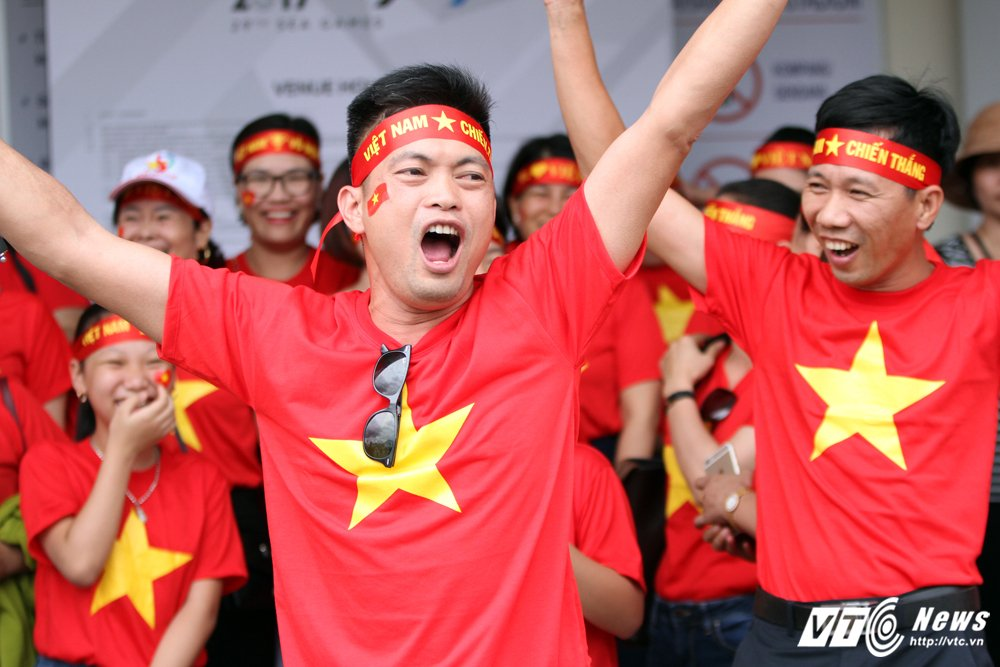 Nguoi Viet xa xu nghi lam, khach du lich lan loi duong xa co vu U22 Viet Nam hinh anh 3