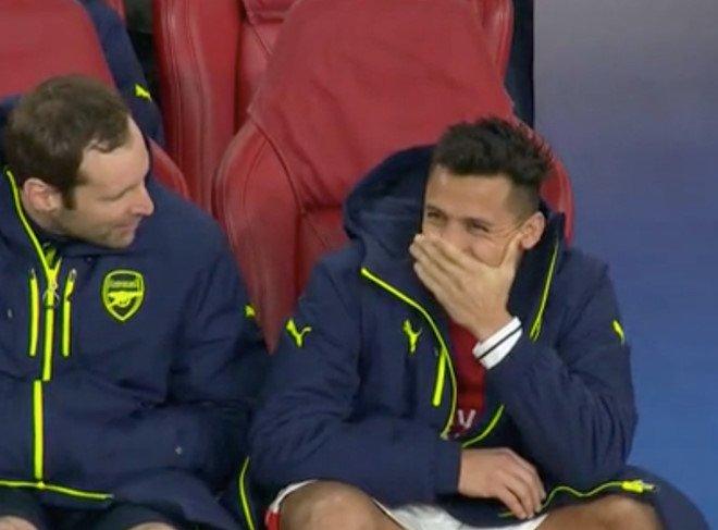 Alexis Sanchez che mieng cuoi cot trong khi Arsenal nhan tham bai hinh anh 2