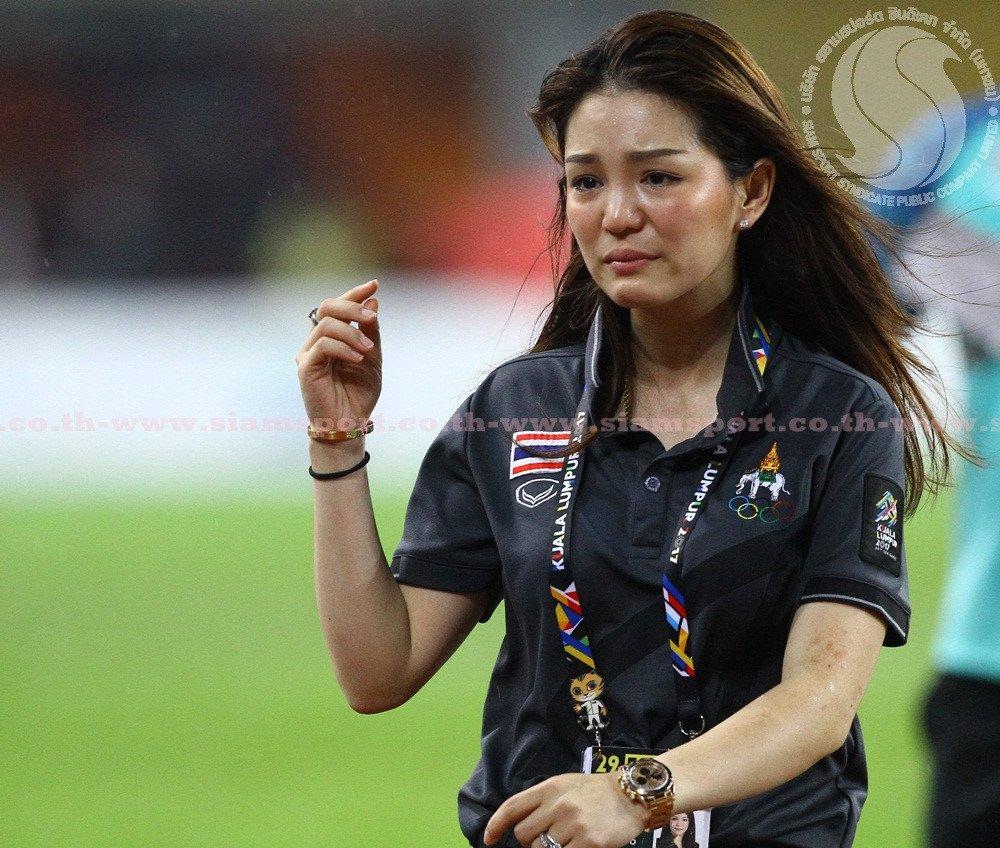 U22 Thai Lan vo dich, nu truong doan xinh dep khoc nhu mua hinh anh 4