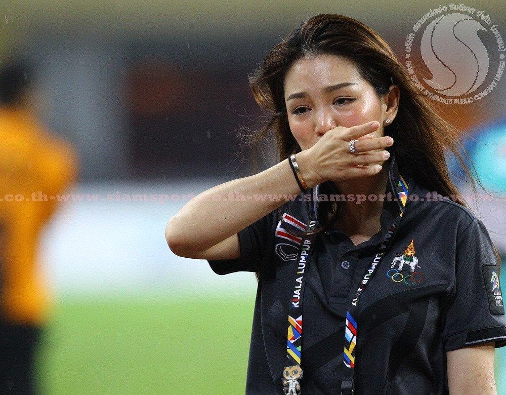 U22 Thai Lan vo dich, nu truong doan xinh dep khoc nhu mua hinh anh 3