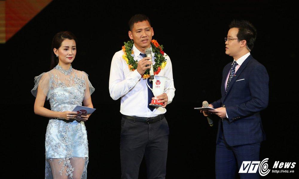 Dinh Thanh Trung 'boi thu' giai thuong V-League 2017 hinh anh 2