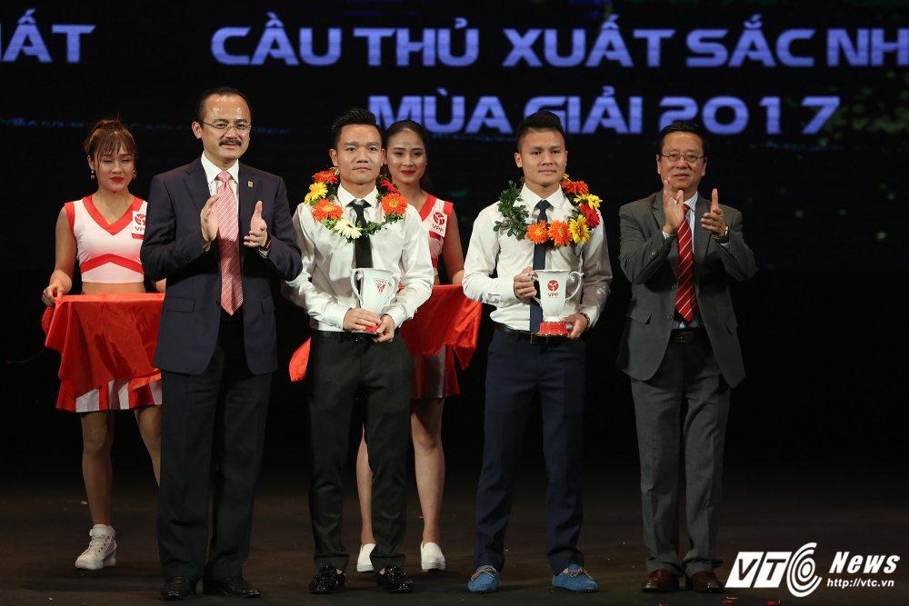 Dinh Thanh Trung 'boi thu' giai thuong V-League 2017 hinh anh 1