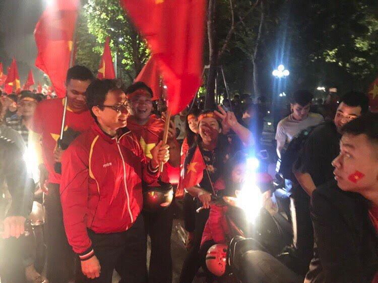Pho Thu tuong Vu Duc Dam chay xe may co vu chien thang U23 Viet Nam hinh anh 8