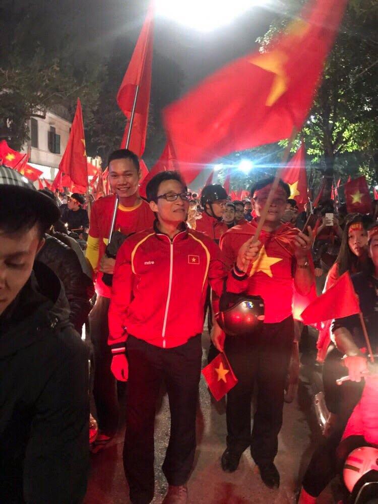 Pho Thu tuong Vu Duc Dam chay xe may co vu chien thang U23 Viet Nam hinh anh 7