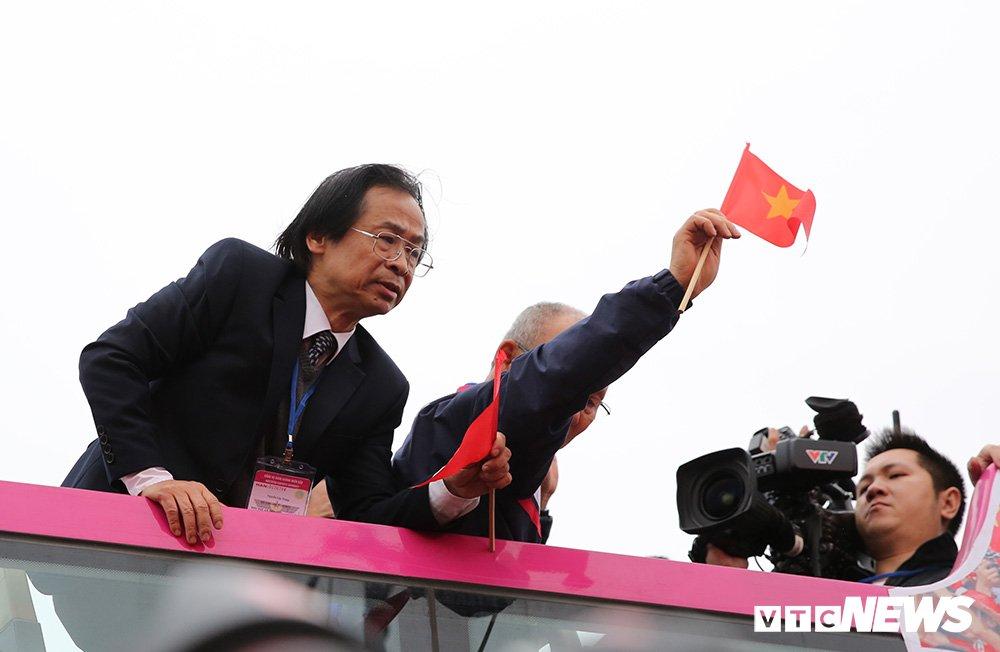 VFF khong phan ong Nguyen Lan Trung len xe buyt dieu hanh cung U23 Viet Nam hinh anh 1