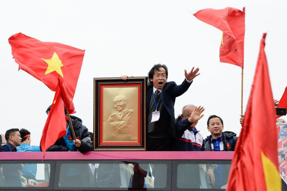 An mung tren xe bus cho U23 Viet Nam, ong Nguyen Lan Trung co dang bi chi trich nhieu den vay? hinh anh 2