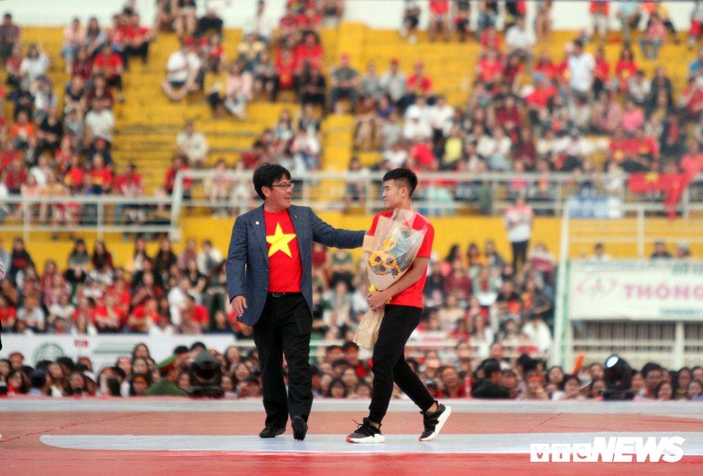 Truc tiep: San Thong Nhat 'vo tung' chao don nguoi hung U23 Viet Nam hinh anh 14