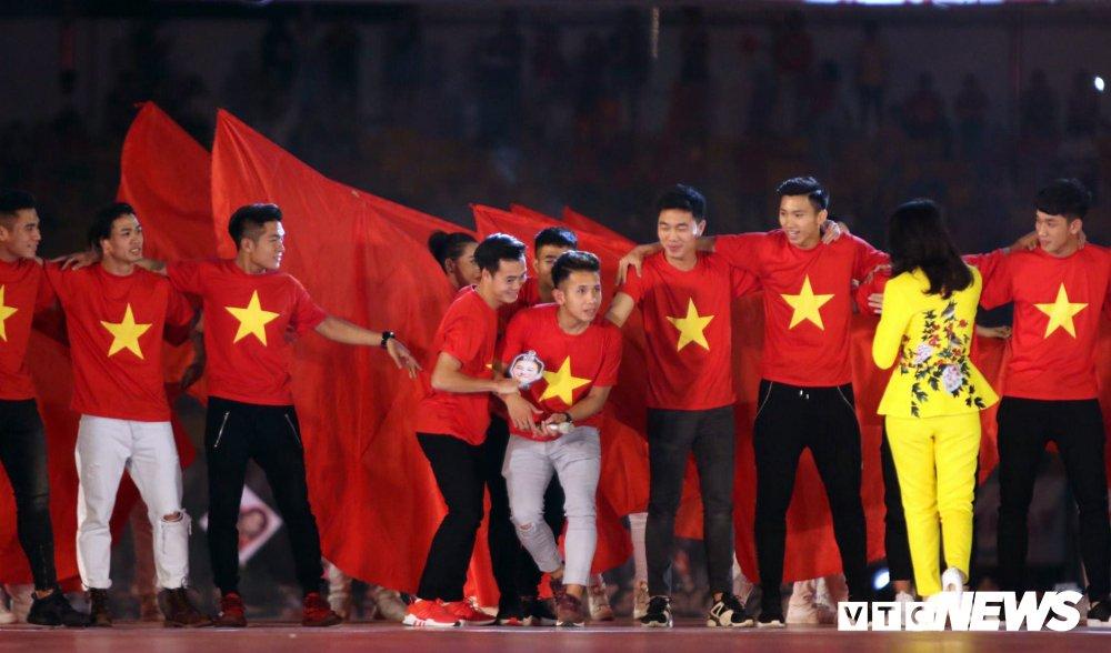 Truc tiep: San Thong Nhat 'vo tung' chao don nguoi hung U23 Viet Nam hinh anh 1