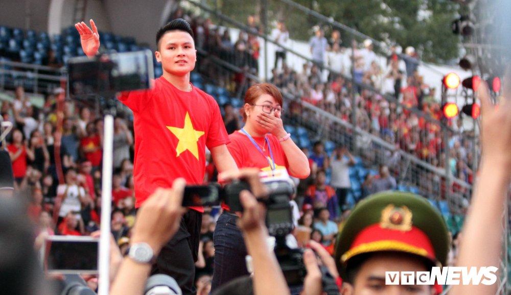 Truc tiep: San Thong Nhat 'vo tung' chao don nguoi hung U23 Viet Nam hinh anh 15