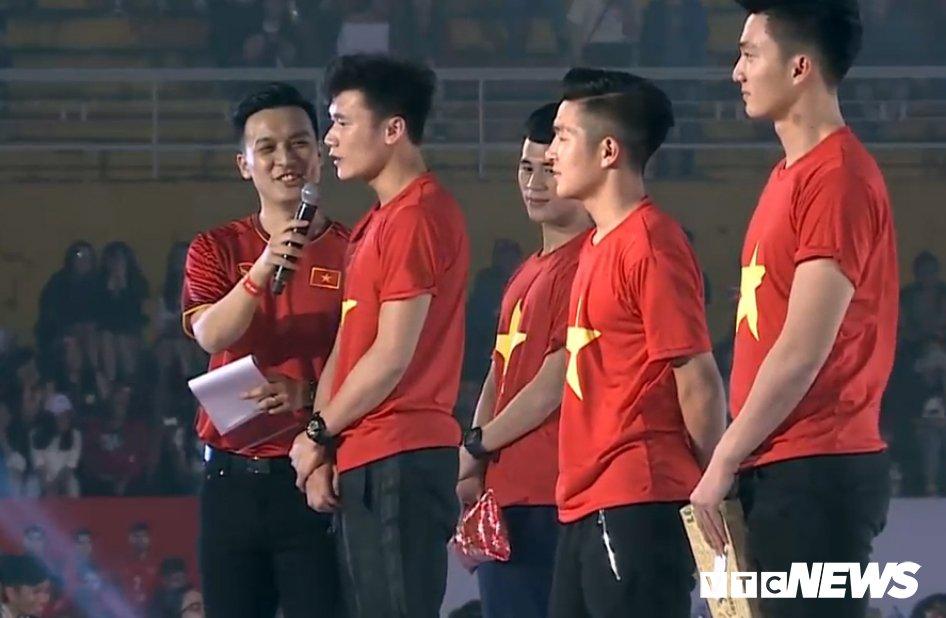 Truc tiep: San Thong Nhat 'vo tung' chao don nguoi hung U23 Viet Nam hinh anh 4