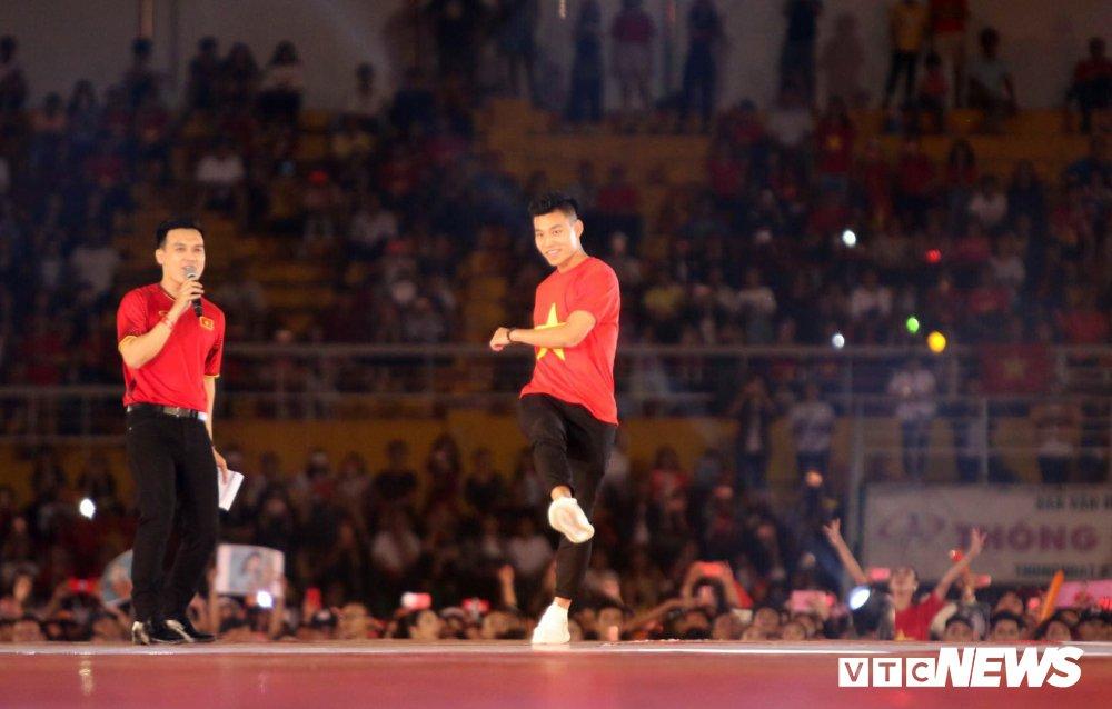 Truc tiep: San Thong Nhat 'vo tung' chao don nguoi hung U23 Viet Nam hinh anh 7