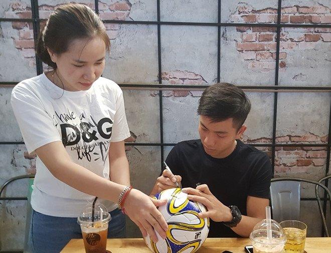 Tien ve U23 Viet Nam Phan Van Duc: 'Toan bo tien thuong se gui cho me' hinh anh 2