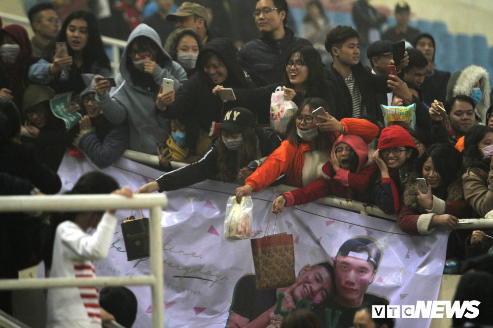 Fan nu chen nhau tang qua Valentine cho Bui Tien Dung hinh anh 10
