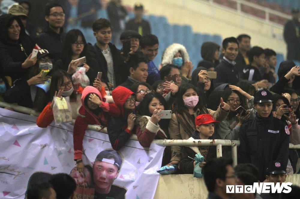 Fan nu chen nhau tang qua Valentine cho Bui Tien Dung hinh anh 8