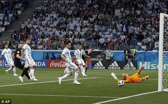 Video ban thang Argentina vs Croatia: Messi vo hai, Argentina thua tham 0-3 hinh anh 10