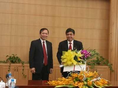 Phó thống đốc Đào Minh Tú (trái) công bố quyết định giao ông Trịnh Ngọc Khánh điều hành hoạt động của Hội đồng thành viên Agribank ngày 31/12.