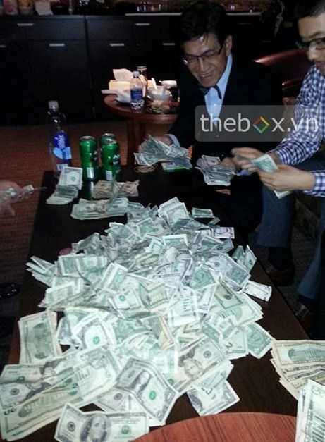 Nguyễn Ngọc Ngạn đếm tiền sau khi thắng bạc tại một casino