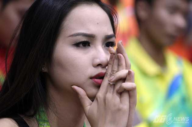 Hoa hậu Diễn Hương nín thở xem Tiến Minh đánh tứ kết.