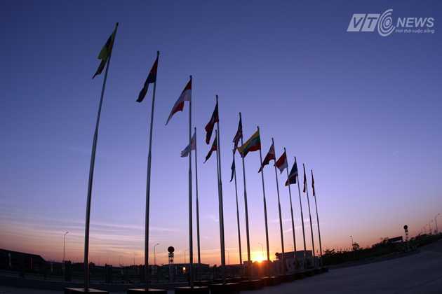 Quốc kỳ 11 quốc gia tham dự SEA Games 27 đã chính thức được kéo lên ở Làng VĐV trong lễ thượng cờ.
