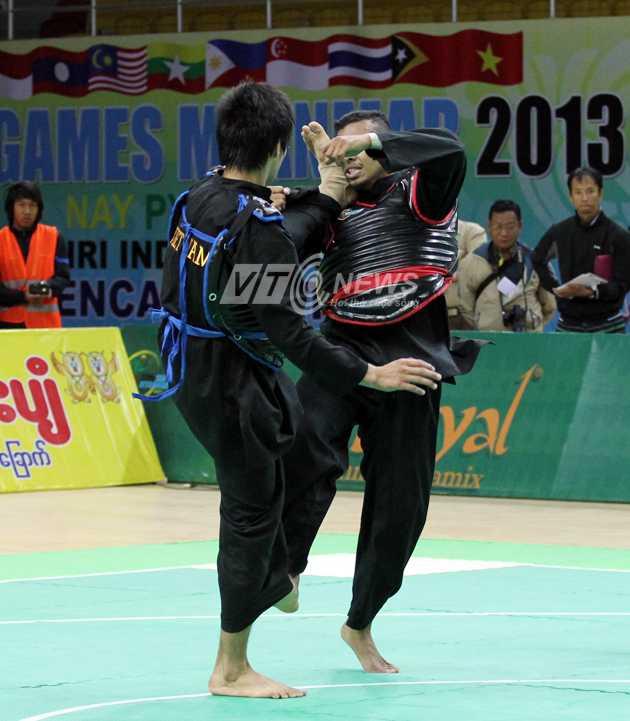 Một pha ra đòn chính xác của võ sĩ Việt Nam trong trận đấu tứ kết Pencak Silat với võ sĩ người Malaysia