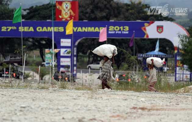 Những đứa trẻ nhặt rác trong khuôn viên khu Liên hiệp thể thao Zeyar Thiri, ngoại ô Nay Pyi Taw.