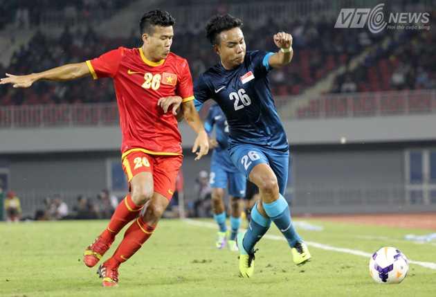 Thanh Hiền (U23 Việt Nam) và Sahfiq Ghani (U23 Singapore) cùng mang áo 26 có tranh chấp bóng
