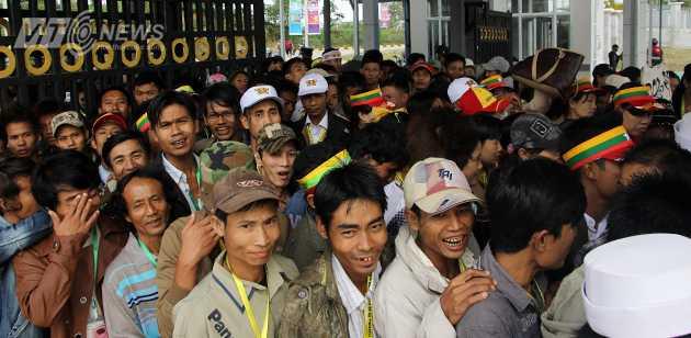Được biết, hôm nay rất nhiều công sở ở Nay Tyi Taw cho nhân viên nghỉ để đi cổ vũ SEA Games. Chính vì thế số lượng người tới nhà thi đấu tăng đột biến.